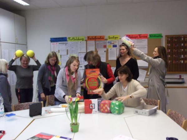 Geschenke des Fördervereins im Jahr 2012 - Lustige Übergabe der Unterrichtsmedien durch den Förderverein der Otto-Hahn-Schule an die Lehrkräfte